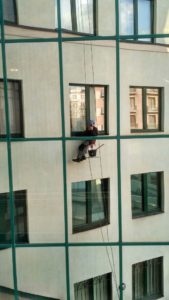 Мытье стеклянного фасада