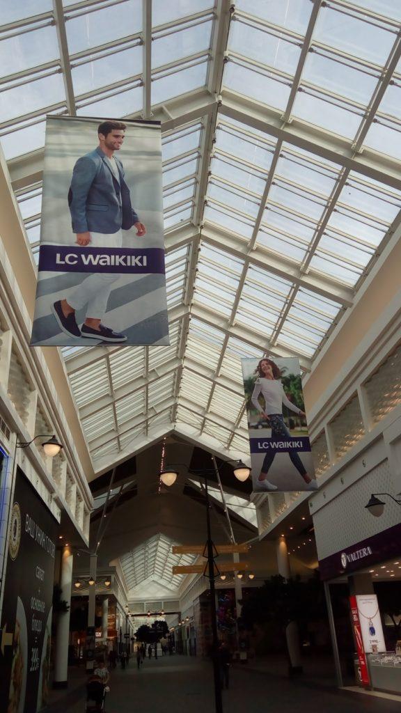 Рекламные плакаты под потолком