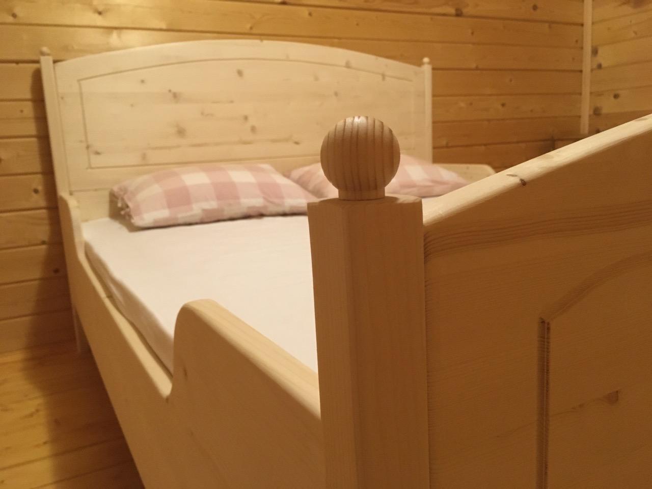 Деревянная односпальная кровать из сосны