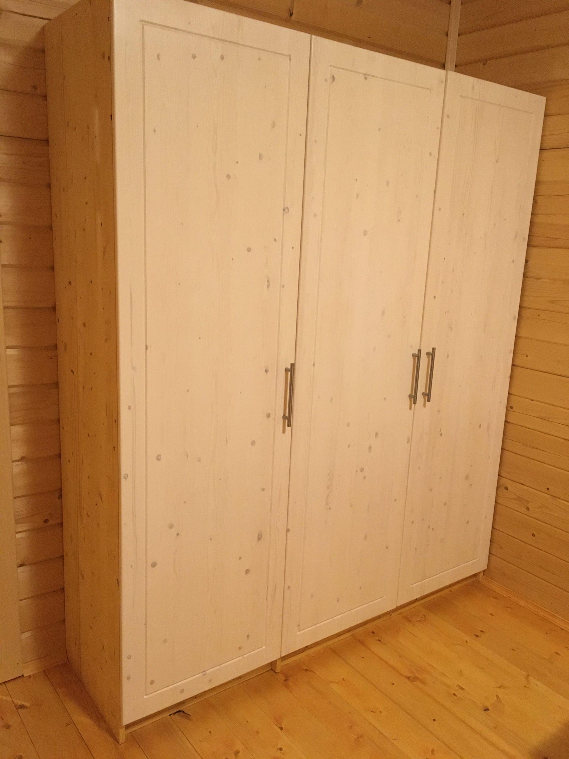 Трехстворчатый деревянный шкаф
