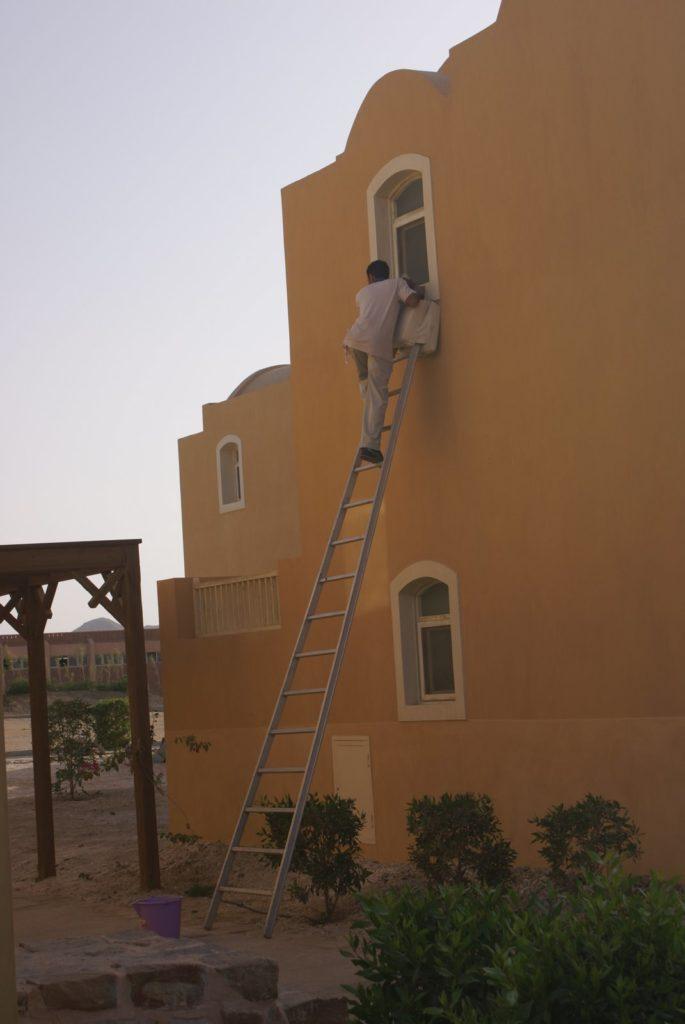 Работа с приставной лестницы